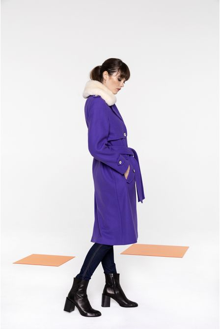 Coat in purple wool with a fake fur collar