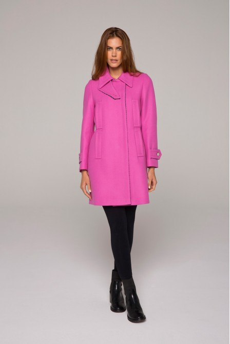 Manteau rose court en drap de laine armuré, grand col